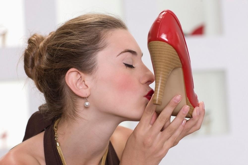Целовать обувь студенток — img 1