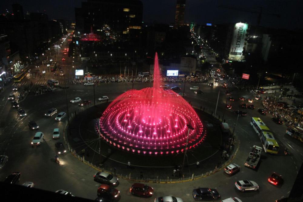Ovaj-prizor-sa-fontane-na-Slaviji-sinoc-je-zbunio-sve-prolaznikeI-TO-JE-TA-ATRAKCIJA-VIDEO