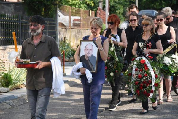 ĐOŠA SAHRANJEN U RODNOM MESTU: Porodica, kolege i prijatelji ispratili glumca na večni počinak! Potresne scene sa sahrane uzdrmale Srbiju!