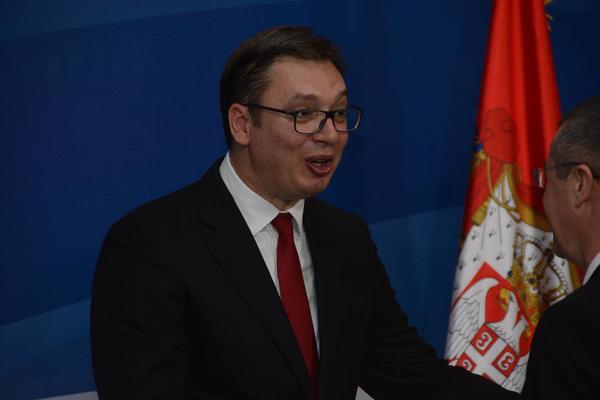 NJIHOVA LJUBAV NE ZNA ZA PROTOKOL: Vučić dobio poljupce od Dačića i Nikolića, iako NIJE SMEO! (FOTO)