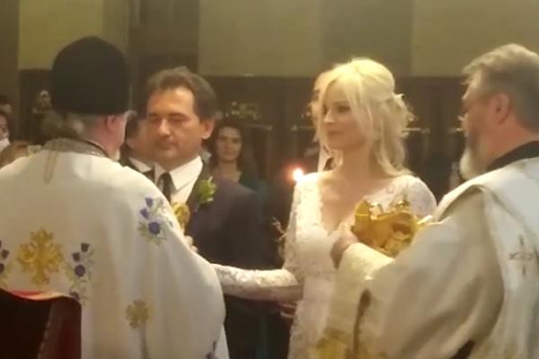 BIVŠI MINISTAR STAO NA LUDI KAMEN: Božidar Đelić oženio boginju, a među zvanicama sve poznate face! (VIDEO)