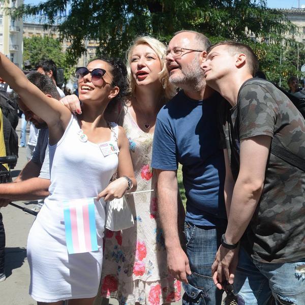 """""""IDI UBIJ SE ZAJEDNO SA NJIMA"""": Zbog ovog selfija na gej paradi svi su me osudili! (FOTO)"""
