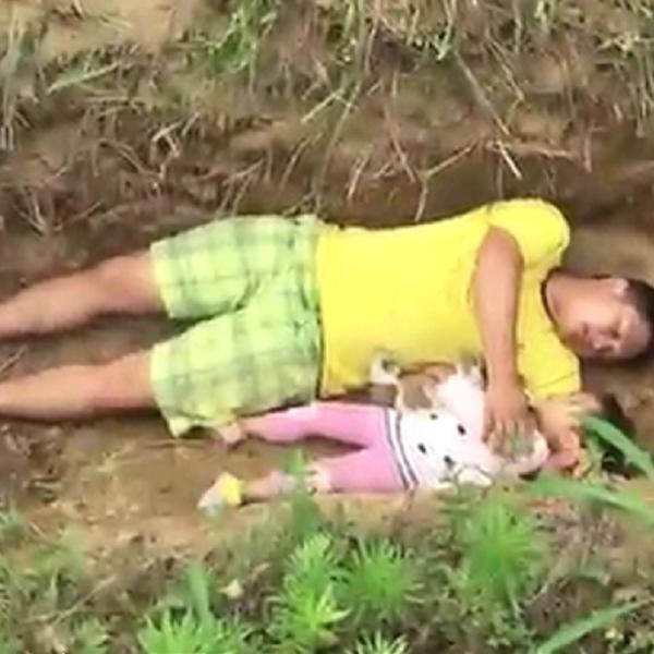 DETE MOJE, LJUBAVI MOJA, DA SE NAVIKNEŠ: Otac svaki dan vodi svoju nasmrt bolesnu ćerku na groblje i tamo s njom leži u grobu! (VIDEO)