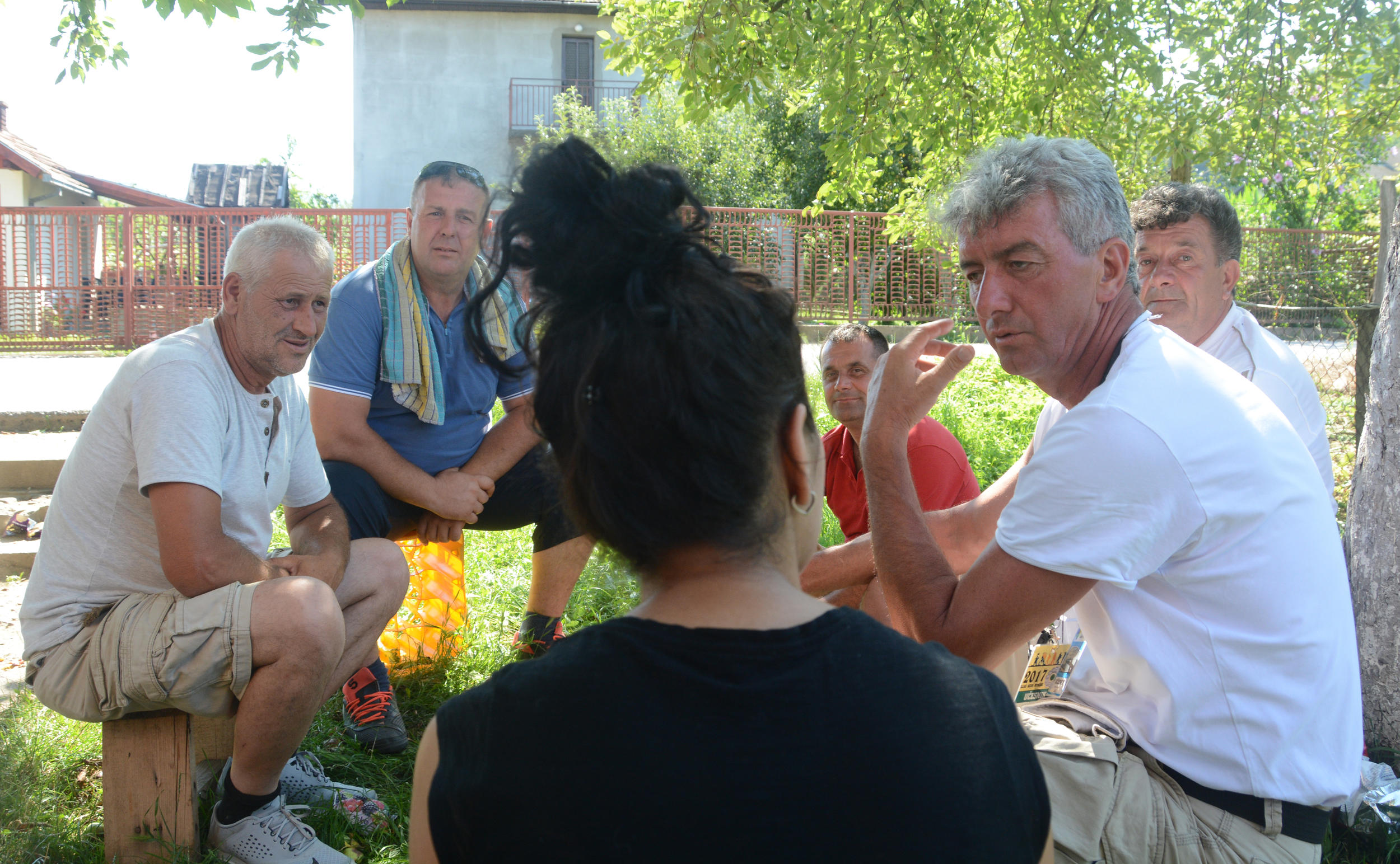 BOSNJAKU-SU-U-RATU-POGINULI-OTAC-I-BRAT-A-PIJE-SA-SRBINOM-Svako-s-2-grama-mozga-posle-ove-scene-u-Srebrenici-pitace-se-ZASTO-SMO-RATOVALI-FOTO