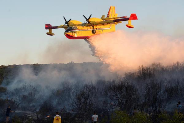 Požar bukti na Hvaru: Sve snage na terenu, bura otežava gašenje!