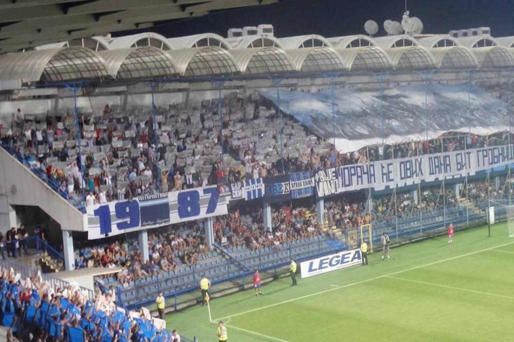 Varvari ofarbali stadion u plavo-belo, a onda podigli pomalo morbidan transparent posvećen Partizanu! (FOTO)