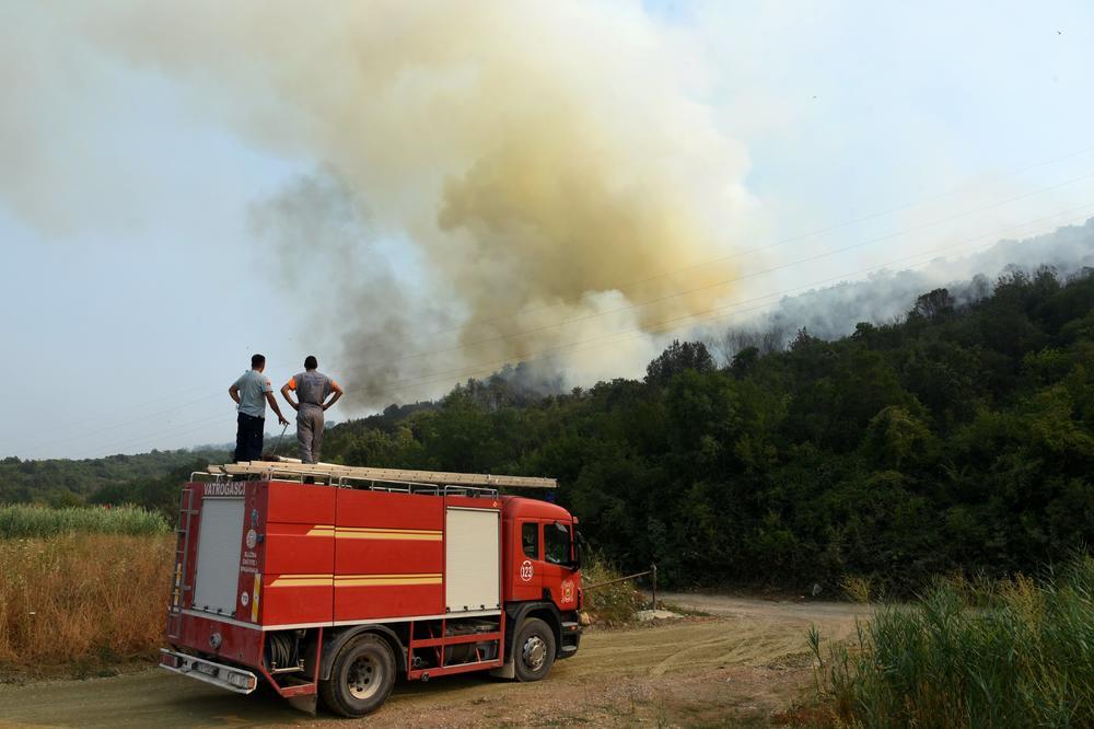 VELIKI POŽAR U PODGORICI: Vojska pomaže vatrogascima!