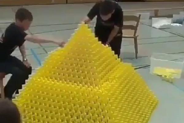 12.000 domina slagali su satima, a onda je jedan pogrešan potez upropastio sve! (VIDEO)