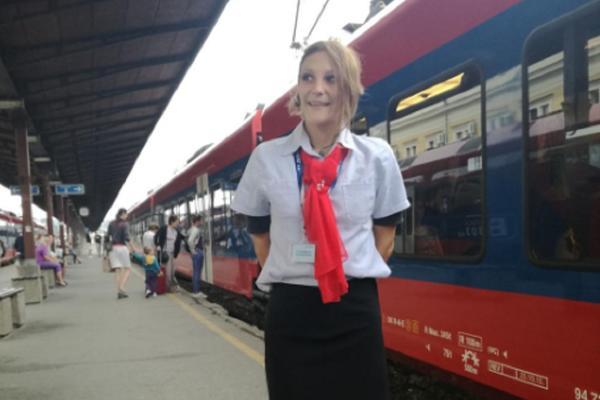LJUDI SU ZBUNJENI, ALI SE OSEĆAJU PRIVILEGOVANO! Sara Vujadinović je PRVA stjuardesa u vozu! (FOTO)