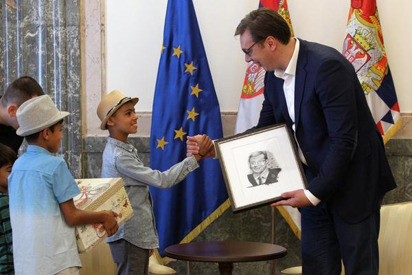 Vučić od dečaka iz Avganinstana dobio poklon! MALI FARHAD poklonio predsedniku PORTRET! (FOTO)
