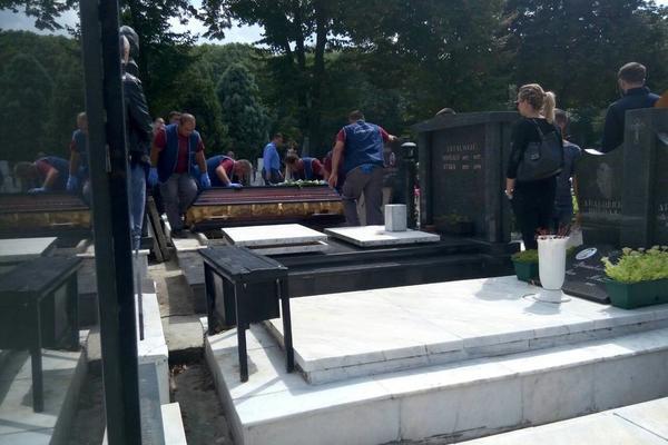 HIRURG KOJI JE RANIO GLUMICU IZ KURSADŽIJA ISPRAĆEN NA VEČNI POČINAK: Jedan detalj sa Srđanove sahrane je naročito neobičan (FOTO)