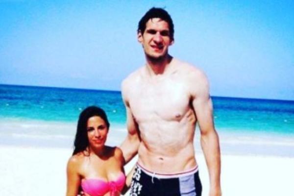 KAD SE ONA SKINE TO SVE PRŠTI! Supruga Bobija Marjanovića niža je od njega 61 cm, a u kupaćem kostimu sija kao ZLATO! (FOTO)
