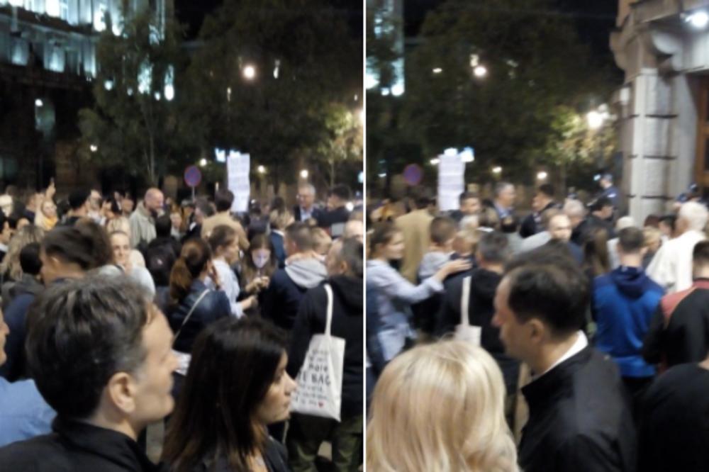 STOJIM UZ VRANJSKE! Ovom parolom su građani izašli ispred Vlade dok VUKAŠIN ZAKLJUČAN ŠTRAJKOVAO GLAĐU! (FOTO)