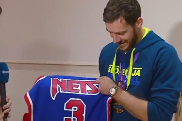 Nije morao ništa da kaže, suze su sve rekle: Majka Dražena Petrovića poklonila Dragiću dres, grcao je dok joj se zahvaljivao! (FOTO) (VIDEO)