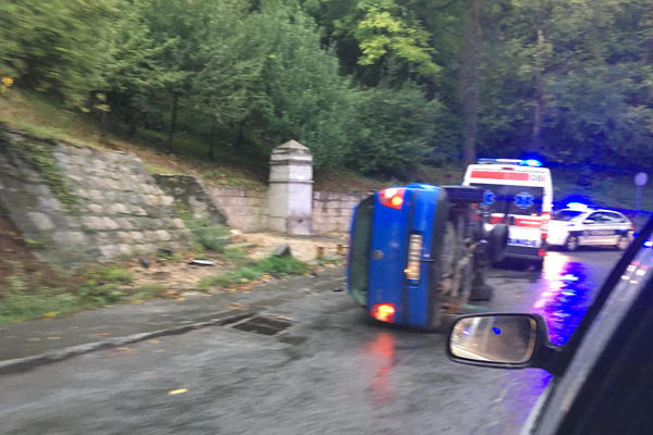 STRAVIČAN UDES NA TOPČIDERU: Prevrnuo se automobil, ima povređenih! (FOTO)