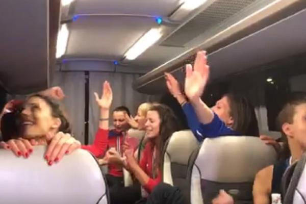 HIT! Zlatne odbojkašice havarisale u autobusu! Samo, odakle su, bre, izvukle ovu pesmu?! (VIDEO)