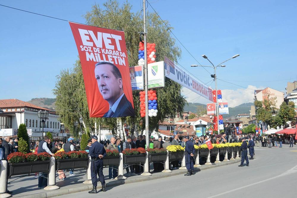 ERDOGANA U NOVOM PAZARU DOČEKUJU KAO TITA! Zastava s likom turskog predsednika vijori se u centru grada!