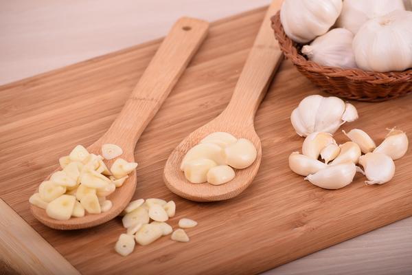 100 posto nemate pojma! Znate li kako se pravilno jede beli luk? (FOTO) (GIF)