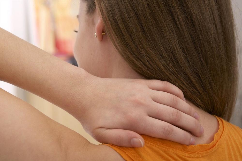 Najvažniji razlog zbog kog ne smete da ignorišete bol u vratu! (FOTO) GIF)