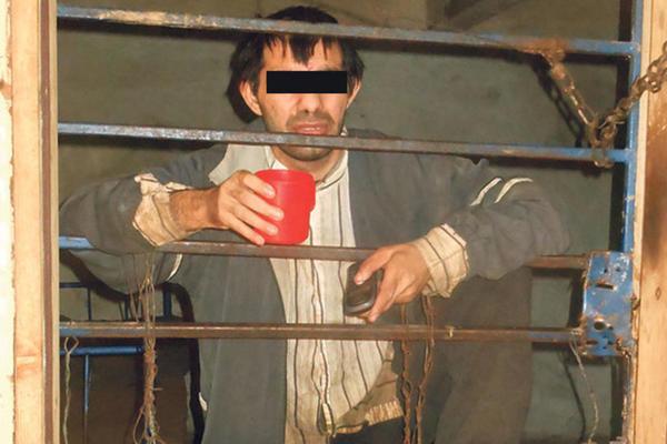 HOROR SNIMAK IZ SRPSKOG SELA! Milana otac drži u kavezu 6 godina: RECITE ŠTA MU FALI? (VIDEO)