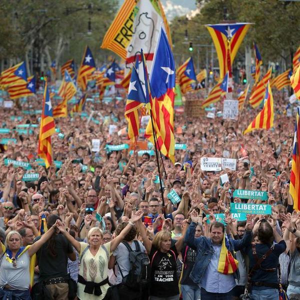 OPŠTI HAOS, KATALONIJA UZVRAĆA UDARAC! POLA MILIONA ljudi protestuje protiv DRŽAVNOG UDARA ŠPANIJE (FOTO) (VIDEO)