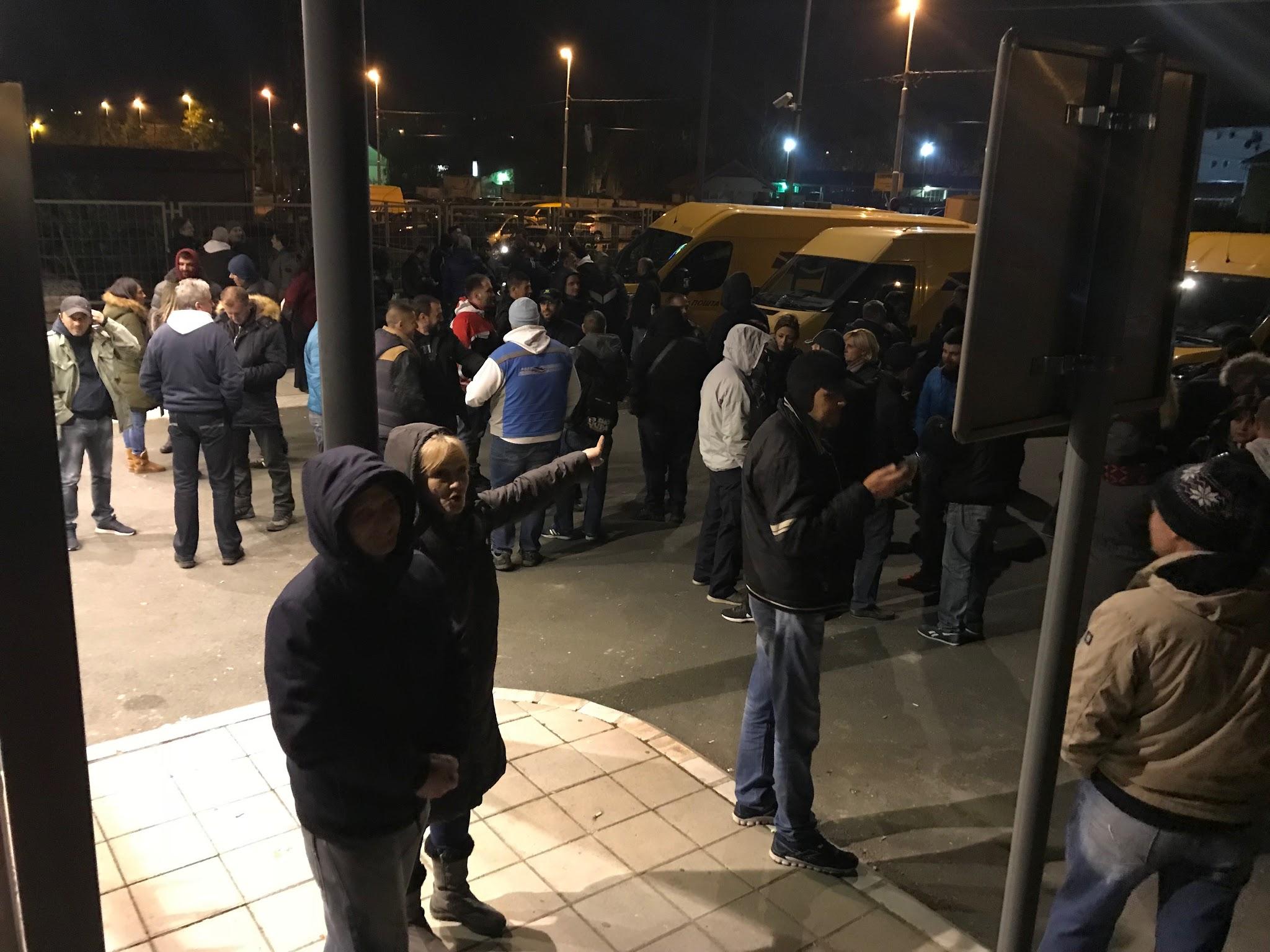 UDRI-PO-SIROTINJI-7-policijskih-marica-doslo-da-hapsi-radnike-Poste-na-protestu-FOTO