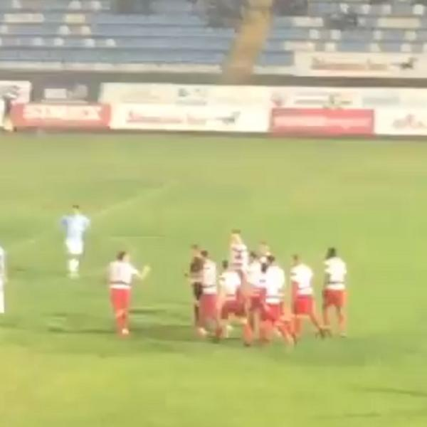 OVO IMA SAMO U SRBIJI! Golman Borca deganžirao lopte van stadiona, fudbaleri posedali na teren i umalo pretukli sudiju! (FOTO) (VIDEO)