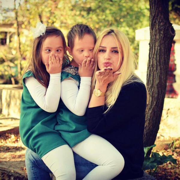 Okolina je pričala da su moja deca vanzemaljci, A JA SAM NAJPONOSNIJA MAJKA NA SVETU! Sarine ćerke bliznakinje boluju od Daunovog sindroma