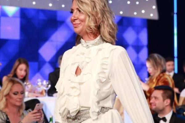 Na TV-u je uvek zakopčana do grla, a kada se voditeljka RTS-a pojavila u elegantnoj haljini i pokazala SAVRŠENE DUGE NOGE, svi su gledali u nju! (FOTO)