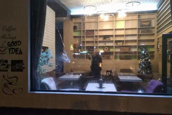 Maskirani ljudi uleteli u kafić i rešetali sve po redu! Obračun u Leskovcu kao u Skarfejsu s Al Paćinom! (FOTO)