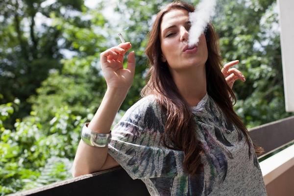 PUŠAČI NISU PRIVLAČNI! Ako želite da se neko loži na vas,  prestanite da pušite! (FOTO) (GIF)