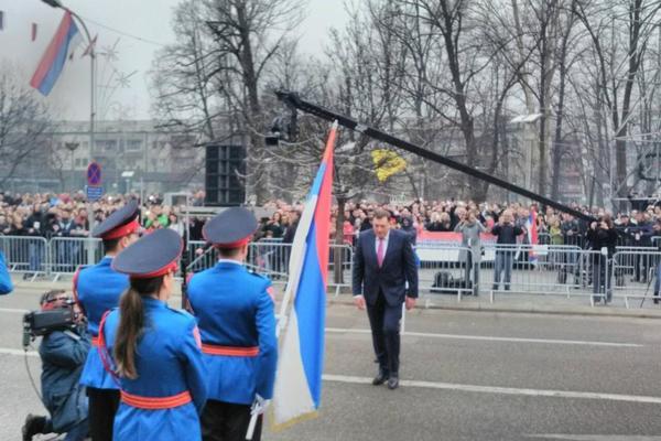 U BANJALUCI SE SLAVI DAN RS: Svečani defile na ulicama, Dodik odlikovao Nikolića i Kusturicu! (VIDEO)