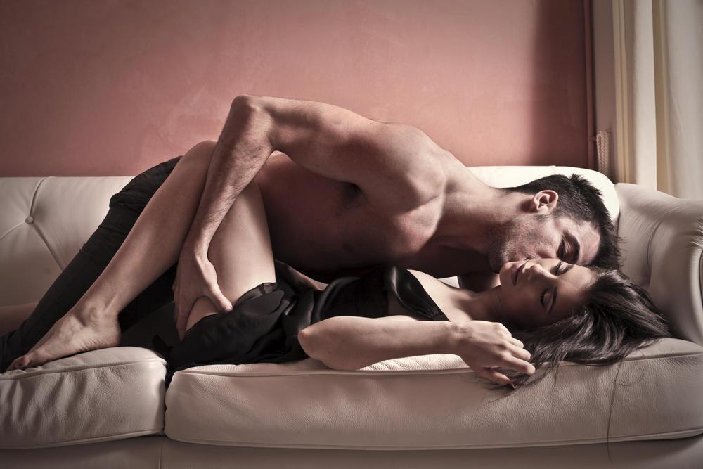 Par se ljubi na krevetu