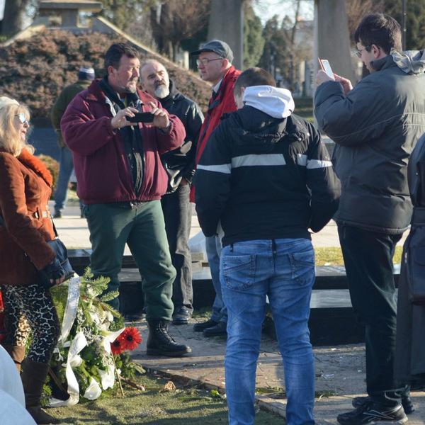 SRAMOTA! Mira Lutkarka se slikala pored groba Olivera Ivanovića i pozirala! Građani zaprepašćeni! (FOTO)