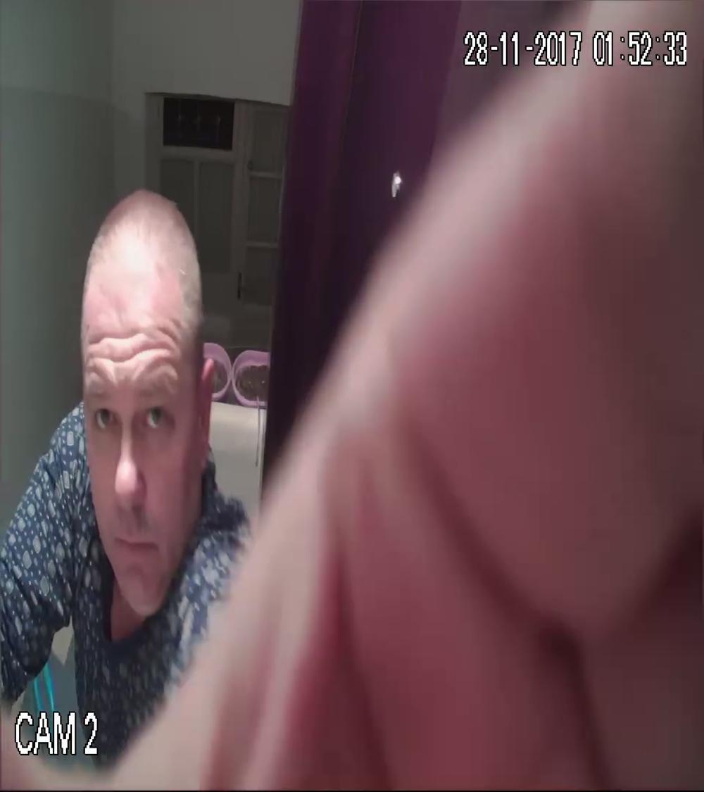 Onesposobljava kameru ispred vrata komšije