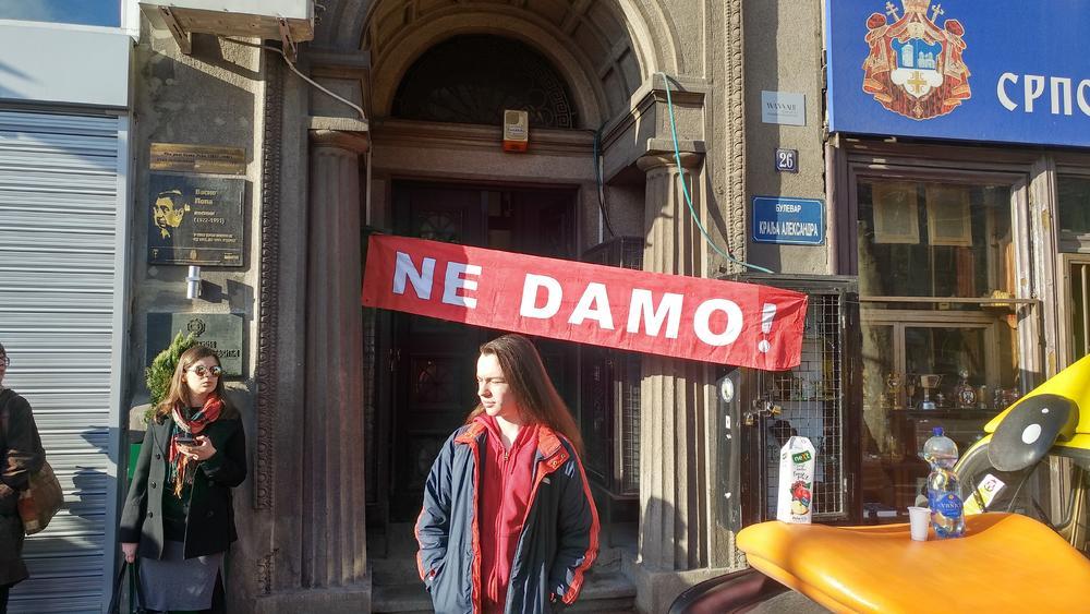Preko ulaznih vrata je postavljen transparent na kojem piše 'ne damo