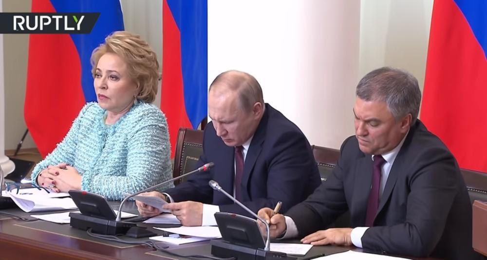Vladimir Putin ne može da pročita ono što je napisao