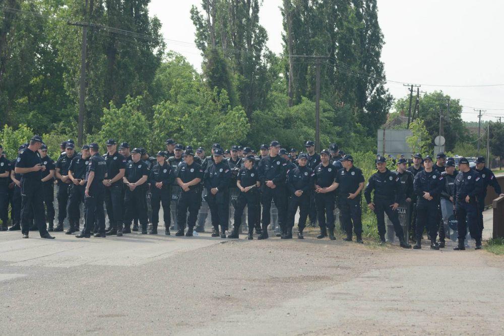 Kordon policije je blokirao ulaz u Hrtkovce