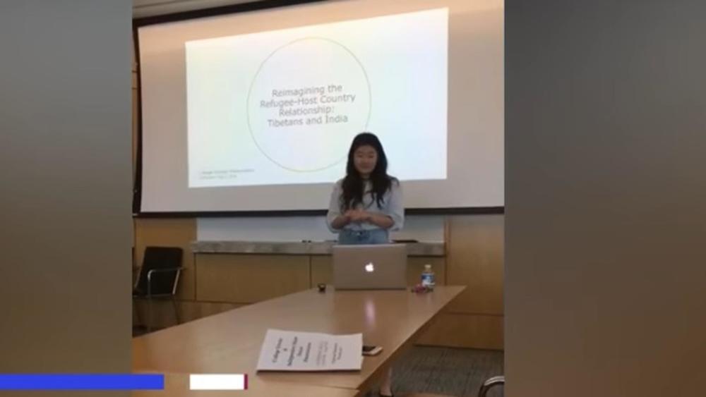 Profesorka-joj-je-prigovorila-zbog-PREKRATKIH-PANTALONA-Ono-sto-je-studentkinja-nakon-toga-uradila-SOKIRALO-JE-SVE-VIDEO