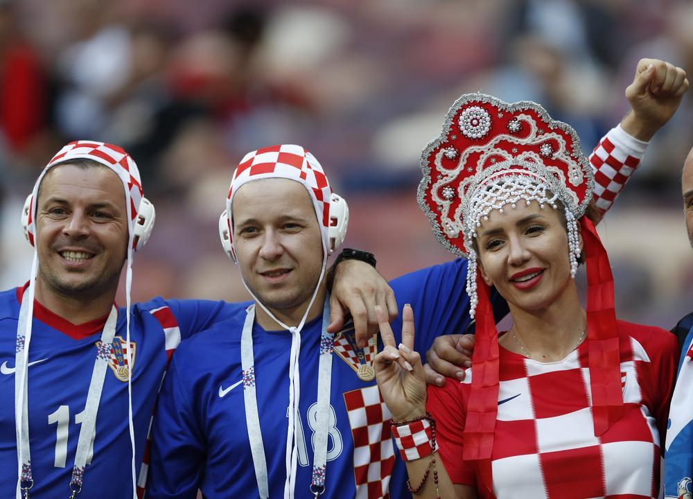 Navijacica hrvatske sa tradicionalnim ruskim ukrasom na glavi