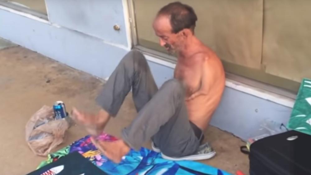 RODjEN-BEZ-RUKU-A-IZBO-PROLAZNIKA-MAKAZAMA-Necete-verovati-kako-je-to-uradio-ovaj-ulicni-slikar-VIDEO