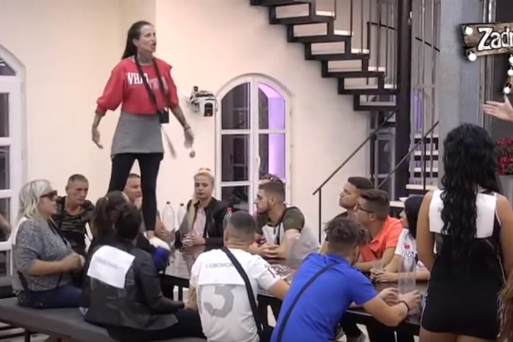 HAOS U ZADRUZI: Krunićku totalno IZLUDELA Aleksandra, pa je počela da DIVLJA i skače po stolu! (VIDEO)
