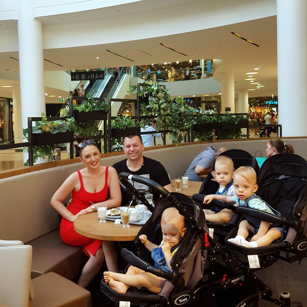 Lazar, Valerija i Valentina uživaju sa mamom i tatom