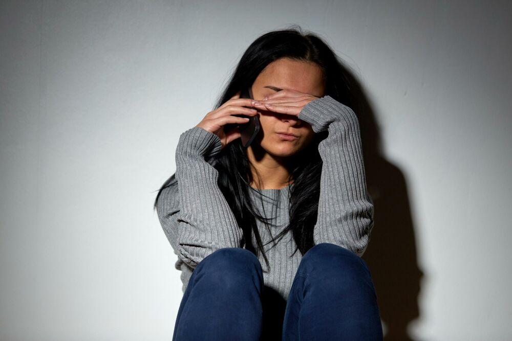 Devojka plače, Žena plače, Devojka, Žena, Telefon, Plakanje, Stres, Zlostavljanje, Trauma, Raskid, Seksualno uznemiravanje