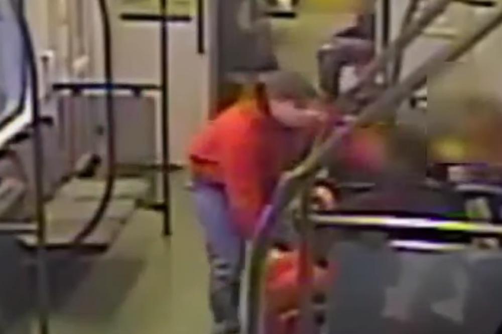 Nasilnik izbacio nepokretnu ženu iz kolica kako bi ih ukrao!