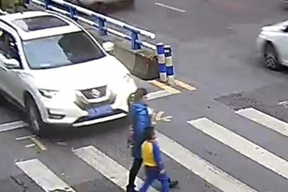 Vozač oborio majku i dete na pešačkom prelazu: Reakcija mališana raznežila ljude širom sveta (VIDEO)