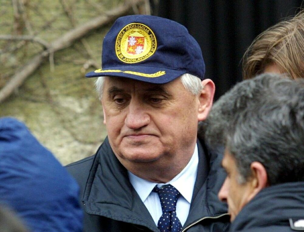 Vlajko Stojiljković se ubio 11.4.2002. godine ispred Skupštine Srbije