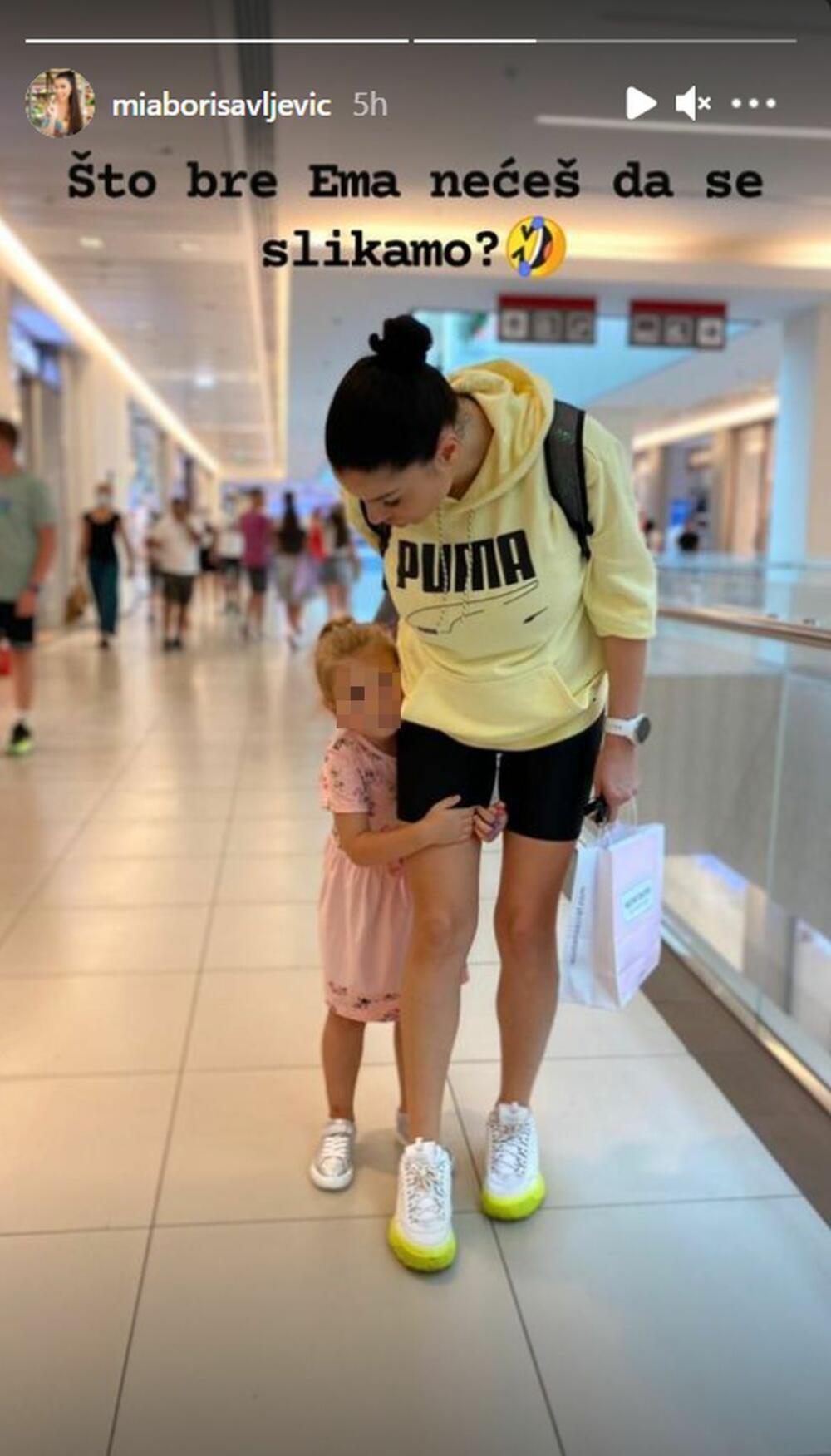 <p>Iako se porodila nedavno, Mia je već u pokretu, te je danas šopingovala sa starijom ćerkom Emom</p>